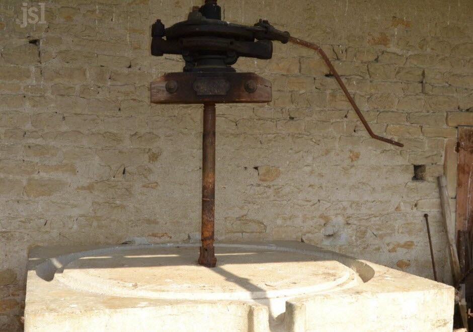 la-pierre-blanche-du-pressoir-garde-en-elle-la-memoire-viticole-du-village-photo-j-l-n-(clp)-1462194157